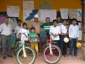 """Premiación a ganadores de la campaña de concientización medioambiental """"Protejamos el río Piraí""""  Colegio Virgilio Jordán (Porongo)"""